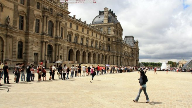 queue-to-the-louvre-m